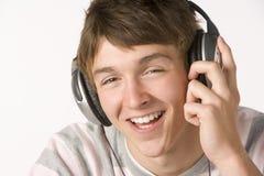 Adolescente que escucha la música en los auriculares Fotografía de archivo libre de regalías