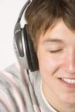 Adolescente que escucha la música en los auriculares Imagen de archivo