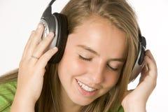 Adolescente que escucha la música en los auriculares Foto de archivo libre de regalías