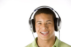 Adolescente que escucha la música en los auriculares Fotos de archivo libres de regalías