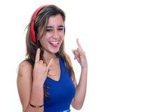 Adolescente que escucha la música en los auriculares inalámbricos aislados Imágenes de archivo libres de regalías