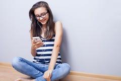 Adolescente que escucha la música, sonriendo Fotografía de archivo libre de regalías