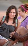 Adolescente que escuta amigos foto de stock royalty free