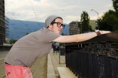 Adolescente que espera en una estación de la tranvía en la ciudad de Sofía Fotos de archivo libres de regalías