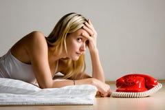 Adolescente que espera por el teléfono Foto de archivo libre de regalías