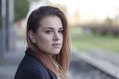 Adolescente que espera un tren Foto de archivo libre de regalías