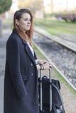Adolescente que espera un tren Fotos de archivo libres de regalías