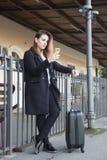 Adolescente que espera un tren Fotografía de archivo libre de regalías