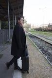 Adolescente que espera un tren Foto de archivo