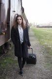 Adolescente que espera un tren Imágenes de archivo libres de regalías