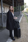 Adolescente que espera un tren Fotografía de archivo