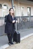 Adolescente que espera un tren Imagen de archivo