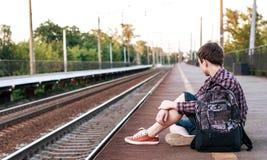 Adolescente que espera un tren en la estación Foto de archivo