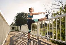 Adolescente que estira al aire libre las piernas Imagen de archivo libre de regalías
