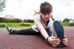 Adolescente que estira en un parque Imagen de archivo