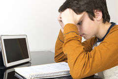 Adolescente que estudia con la tableta digital en casa Fotografía de archivo