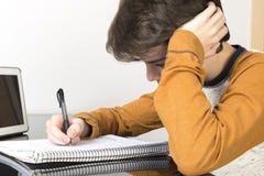 Adolescente que estudia con la tableta digital en casa Foto de archivo
