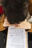 Adolescente que estudia con la tableta digital en casa Imágenes de archivo libres de regalías