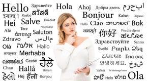 Adolescente que estudia diversas idiomas de mundo Foto de archivo