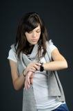 Adolescente que estudia el reloj Imágenes de archivo libres de regalías