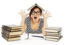 Adolescente que estudia en el escritorio que es chocado Fotos de archivo libres de regalías