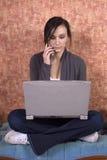 Adolescente que estudia en el ordenador Imagen de archivo libre de regalías