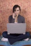 Adolescente que estudia en el ordenador Foto de archivo libre de regalías