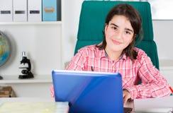 Adolescente que estudia en el país Imagen de archivo