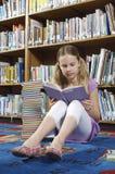 Adolescente que estudia en la biblioteca Fotos de archivo libres de regalías