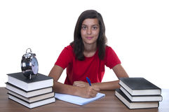 Adolescente que estudia en su escritorio Fotos de archivo libres de regalías