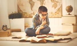 Adolescente que estudia, libros del muchacho de lectura, preparándose para los exámenes en el hom Imagen de archivo libre de regalías
