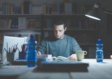 Adolescente que estudia tarde en la noche Imágenes de archivo libres de regalías