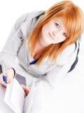 Adolescente que estudia y que hace algunas notas Foto de archivo libre de regalías