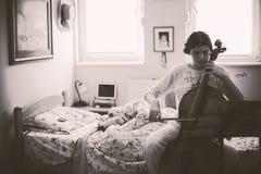 Adolescente que exercita o violoncelo Imagens de Stock
