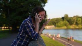 Adolescente que fala animatedly em seu telefone celular video estoque