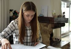 Adolescente que faz seus trabalhos de casa das matem?ticas fotos de stock royalty free