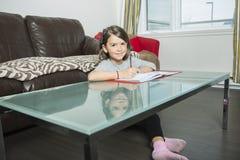 Adolescente que faz trabalhos de casa para a escola foto de stock