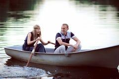 Adolescente que flota en el barco Fotografía de archivo libre de regalías