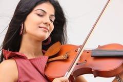 Adolescente que goza tocando el violín Imágenes de archivo libres de regalías