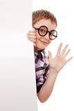 Adolescente que está pelo cartão vazio branco Fotografia de Stock Royalty Free