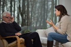 Adolescente que habla con el psicólogo Fotografía de archivo libre de regalías