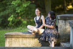 Adolescente que habla en el parque con su abuela Imagen de archivo