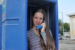 Adolescente que habla en el teléfono Fotografía de archivo libre de regalías