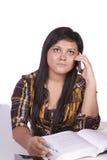 Adolescente que habla en el teléfono Foto de archivo