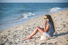 Adolescente que habla en el teléfono Imagen de archivo libre de regalías