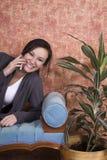 Adolescente que habla en el teléfono celular Fotos de archivo libres de regalías