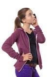 Adolescente que habla en el teléfono móvil, mirando en el cielo, ISO Imagenes de archivo
