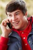 Adolescente que habla en Smartphone Fotos de archivo libres de regalías