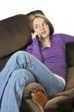 Adolescente que habla en un teléfono Fotografía de archivo libre de regalías