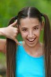 Adolescente que habla en virtual Imagen de archivo